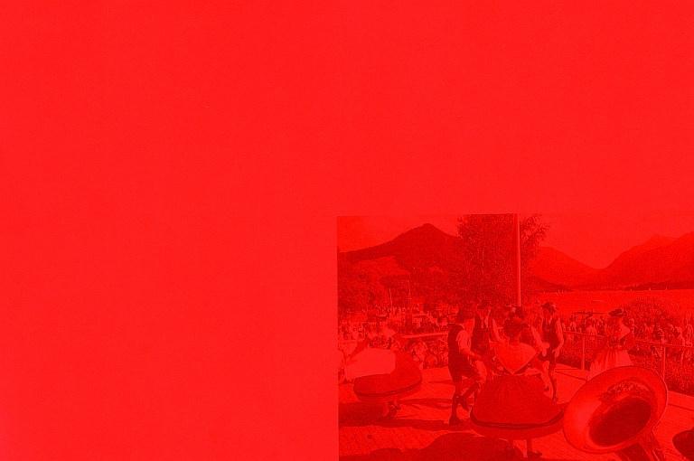 Ausschnitt: 5 großflächige, unterschiedlich monochrome Farbflächen (Lack auf Aluminium) mit aufgedrucktem regionalem Brauchtumsmotiv (Siebdruck)